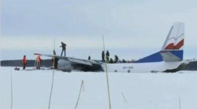 Аварийная посадка грузового самолета Ан-26 на озеро