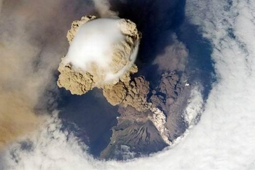 Из-за пепла вулкана Эйяфьяллайекюль отменены сотни рейсов